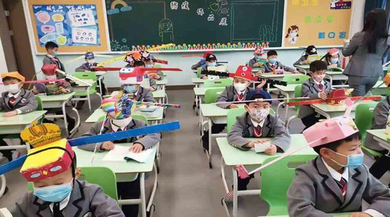 El Litoral (2020, 28 de abril) China: niños regresan a clases con sombreros de un metro para mantener la distancia social. Recuperado de https://static.ellitoral.com/um/fotos/298720_0016.jpg